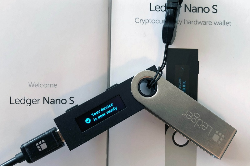Внешний вид аппаратного кошелька для риппл Ledger Nano S