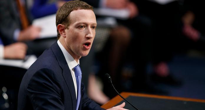 Глава Facebook Марк Цукерберг на выступлении в Конгрессе США